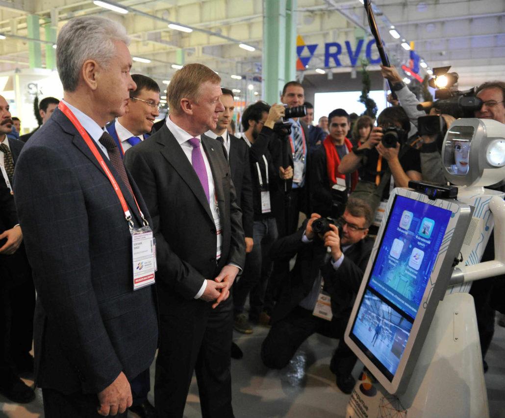 Сергей Собянин и Анатолий Чубайс с роботом