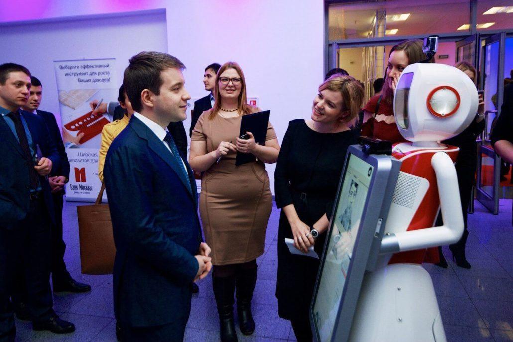 Фото дня: министр связи Николай Никифоров и робот Time-D